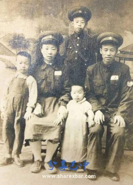 刘文治(左二)与家人